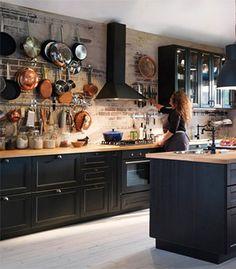 Cuisine avec faces de tiroir et portes brun-noir et portes vitrées LAXARBY