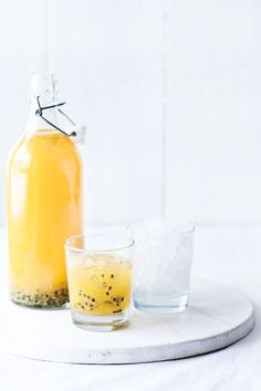How to Make Passion Fruit Juice. Freshly made passion fruit juice has an incomparable tropical flavor that is tangy and sweet at the same time. But if you have never worked with fresh passion fruits before, cutting into the wrinkly shell. Smoothies Detox, Juice Smoothie, Smoothie Drinks, Detox Drinks, Detox Juices, Smoothie Cleanse, Cleanse Detox, Green Smoothies, Juice Cleanse