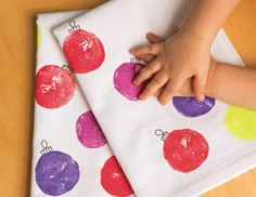Prints Charming: Even young kids can help make this gift of holiday tea towels that family and friends will treasure for years. Could do it with potato stamps Preschool Christmas, Toddler Christmas, Christmas Activities, Christmas Towels, Noel Christmas, Toddler Crafts, Crafts For Kids, Christmas Gifts For Parents, Towel Crafts