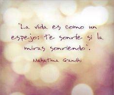 """""""La vida es como un espejo: te sonríe si la miras sonriendo""""."""
