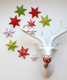bricolage pour Noël - des étoiles 3D originales en papier vert/rouge plié