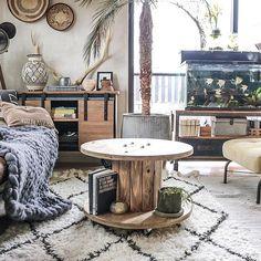 【yupinoko】さんのInstagramをピンしています。 《. . . クリスマスツリーを出そうか出すまいか、 出すならどこに出そうか模索中キョロo(・ω・ = ・ω・)oキョロ ➕ #homestyling#coffeetable #interior #インテリア #DIY #セルフリノベーション #男前インテリア#カフェ風インテリア #interiordecor #homedecor #rusticinterior #DIY家具#リビング #living#ケーブルドラム#ベニワレンラグ#cabledrum#chunkyknitblanket#熱帯魚#アクアリウム》