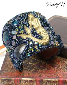 Bracelet Manchette Deep Ocean, un bleu profond et des cabochons de labradorite autour d'une sirène Once Upon A Time, Cabochons, Labradorite, Beading, Captain Hat, Collection, Hats, Fantasy Creatures, Blue