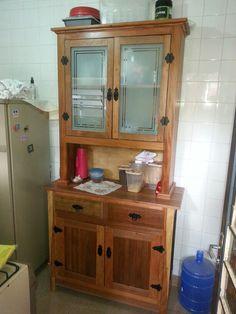 Armário de cozinha. Feito com diversas madeiras, de uma porta reciclada de Angelin Pedra, Castanheira, e Peroba Rosa de demolição.