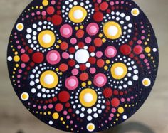 Deze met liefde en zorg gemaakte Mandala Dot Art Magnet is op een houten board beschilderd met Acrylverven en beschermd met matte vernis plus UV Protectant om verkleuring te voorkomen. Doorsnede: 4 cm.