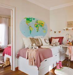 Cuarto del mapamundi  Ropa de cama de Filocolore y cojines de letras de Sacum. Lámpara de mesa de Matèria.