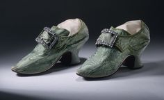 Woman's Spitalfields silk damask shoes with buckles 1740s - 1700–50 in Western fashion - Wikipedia, the free encyclopedia Rococo, Baroque, 18th Century Clothing, 18th Century Fashion, 17th Century, Old Shoes, Slip On Shoes, Women's Shoes, Lolita Mode