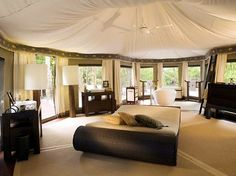 Camping with glamor is indeed possible. For a few years now the concept of Glamping has been taking hold in world tourism markets. Glamping, which could be Luxury Camping Tents, Luxury Tents, Camping Glamping, Outdoor Camping, Camping Resort, Camping Ideas, Outdoor Fun, Outdoor Decor, Tulum