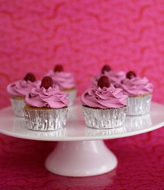 Starting a cake business? You'll need to build a Web site to help get the word out. Here are 8 essential elements of a good cake Web site. On Craftsy!