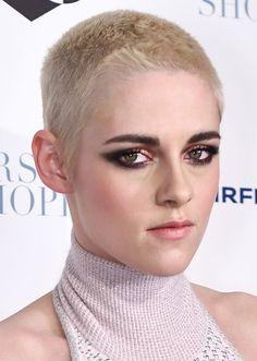 Kristen Stewart revela porque raspou a cabeça e mostra o visual em mais um tapete vermelho, com maquiagem de olhos bem pesadões!...