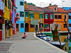 原色で彩られたカラフルな街並みが美しい、イタリア・ヴェネツィアの小さな島「ブラーノ」 - DNA