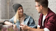 معرفی خود در زبان انگلیسی Introducing Yourself، با مکالمهای بین دو نفر شروع میشود. در این مکالمه، پیتر و جین برای اولین بار در یک قرار همدیگر را میبینند.