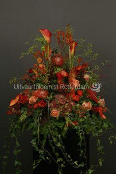 Herfst • bloemstuk • rouwbloemwerk • seizoensbloemen • warm • Calla • Roos • Vuurpijl • Protea Nutan • Hypericum • Hortensia • Kangeroepootjes •