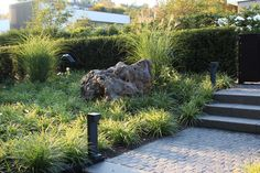 Large boulder as highlight of the front garden - Design by Christiane von Burkersroda, Gartendesign