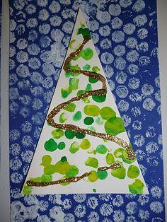Estampació de paper de bombolles (neu) i ditades verdes a l'arbre