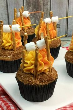 Fire Cupcakes These Camp Fire Cupcakes are a fun summer treat. What an adorable dessert for a camping trip or camping themed party.These Camp Fire Cupcakes are a fun summer treat. What an adorable dessert for a camping trip or camping themed party. Just Desserts, Delicious Desserts, Yummy Food, Party Desserts, Dessert Party, Summer Desserts, Campfire Cupcakes, Camp Cupcakes, Campfire Food