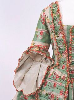 Titam et le beau siècle — ornamentedbeing: Interesting to see the lining...