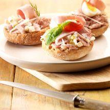 Broodjes met een salade van Meesterlyck-ham, knolselder, appel en dillesaus