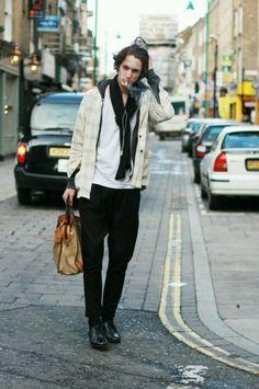 オフホワイトジャケット×グレーパーカー×黒テーパードパンツ | メンズファッションスナップ フリーク | 着こなしNo:92756