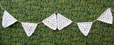 Christmas Crochet bunting in snowy white cotton, perfect for Christmas or a Winter Wedding! Crochet Bunting Pattern, Crochet Garland, Crochet Mandala Pattern, Crochet Patterns, Crochet Stitches, Crochet Home, Crochet Gifts, Free Crochet, Knit Crochet