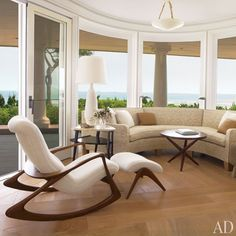 Architect Thierry Despont outfitted the curved seating alcove of Broadway producer Daryl Roth's Long Island home with a custom-designed sofa and a Vladimir Kagan rocking chair and ottoman. Banquettes, Architectural Digest, Palm Beach, Long Island House, Living Room Decor Pictures, Beach Living Room, Living Rooms, Coastal Living, Living Spaces