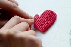 Making a Magnetic Mitten out of Polymer Clay, фото № 3 Polymer Clay Figures, Cute Polymer Clay, Polymer Clay Dolls, Polymer Clay Crafts, Polymer Clay Creations, Diy Clay, Polymer Clay Earrings, Clay Texture, Polymer Clay Christmas