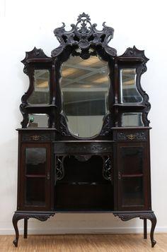 Een gezwart houten vitrinekast met opzet waarin gefacetteerde spiegels. De onderkast met laden en deuren. Ca. 1900. Gemerkt: A.S. Major & Son, 77 Constitution Hill, Birmingham.