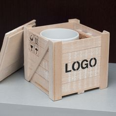 Caja de Madera de Balsa, forma container de avión, con taza ceramica. Logo serigrafiado