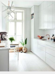 Hvitt kjøkken med hvit marmor benkeplate