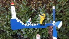 DE MALLE MOLEN www.windmolentjes.blogspot.com Windmolentjes met een bewegend figuur Outdoor Power Equipment, Birds, Christmas Ornaments, Holiday Decor, Steamer Trunk, Crafting, Christmas Jewelry, Bird, Garden Tools