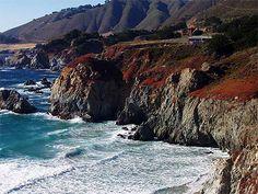 Pacific Coast Highway Californie, États-Unis  Longeant la côte Pacifique depuis le nord de San Francisco jusqu'à San Diego, elle passe par Los Angeles. En chemin, des plages de rêve, criques sauvages et spots de surf branchés. Un décor de film hollywoodien.