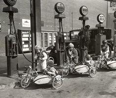 vintage Ya Gotta love the Gas pumps. Drive In, Old Gas Pumps, Vintage Gas Pumps, Vintage Cars For Sale, Vintage Kids, Chevy, Side Car, Pompe A Essence, Old Garage