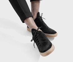 Schwarze, flache Sneaker aus feinstem Veloursleder mit brauner Gummisohle, diagonal verlaufenden Schnürsenkeln, gestickten Details und Label-Prägung. Hier entdecken und shoppen: https://sturbock.me/6RX