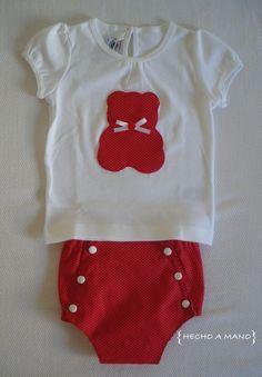 Conjunto de ranita y camiseta para bebé. Todo hecho a mano, con tela roja con topos blancos. http://lascosasdehechoamano.blogspot.com.es/