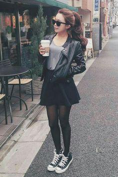 Falda corte A. Con medias y chaqueta negra