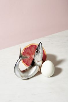 Fresh from the pages of Alla Carta Issue Bea De Giacomo playfully shot some really interesting food combinations in this still life series. The Milan-based photographer and image consultant sel Still Life Photos, Still Life Art, Still Life Photography, Food Photography, Composition D'image, Sport Food, Pinterest Instagram, Food Combining, Prop Styling