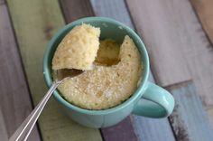 Un dessert express qui appelle le soleil !  Et pas de scrupule, cette recette de mug cake est allégée.  Le jaune d'oeuf est supprimé et le fromage blanc remplace le beurre.