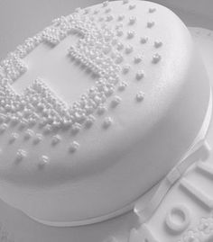 This week I've been helping a friend with some Holy Communion celebration. - This week I've been helping a friend with some Holy Communion celebration ideas. First Holy Communion Cake, Holy Communion Dresses, Comunion Cakes, Cake Paris, Cross Cakes, Communion Decorations, Religious Cakes, Confirmation Cakes, Celebration Cakes