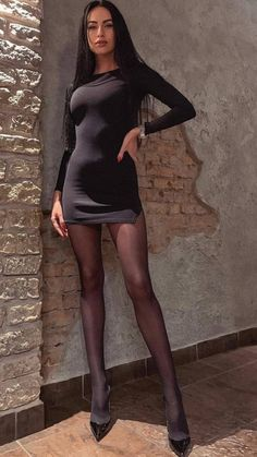 mini skirts and sexy legs Tight Dresses, Sexy Dresses, Short Dresses, Pantyhose Outfits, Nylons, Lil Black Dress, Girls In Mini Skirts, Elegantes Outfit, Great Legs