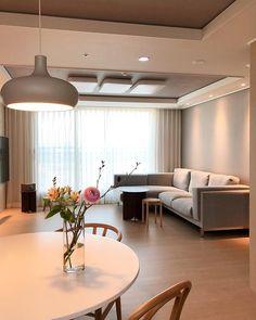 【아파트 인테리어】 매일 사진으로 담고 싶은 우리의 첫 번째 신혼집 : 네이버 포스트 House Architecture Styles, Interior Architecture, Interior Design, Apartment Interior, Living Room Interior, Small Living Rooms, Living Room Designs, Dream Home Design, House Design