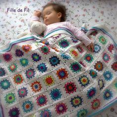 Charmant plaids aux carr s granny trouv sur le blog de lanas hilos avec sa grille - Carre crochet pour couverture bebe ...