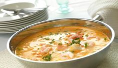 Are you having guests this weekend? Try a tasty fish soup with cod, salmon, prawns, cream and tomatoes. It will be the main event of the evening. Salmon Soup, Clean Eating, Healthy Eating, Norwegian Food, Fish Soup, Vegetable Puree, Moussaka, Fish Dishes, Fish And Seafood