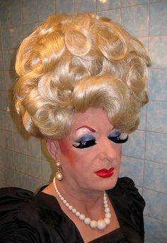 volledig over de top, prachtige make-up en haar stijl