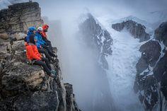 Leo Houlding y su equipo se sientan encima de la pared en el ártico de Groenlandia después de hacer la primera ascensión de la cara principal del pico.
