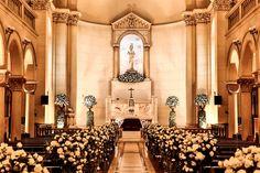 Decoração branca na igreja