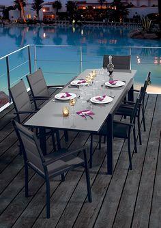 Découvrez nos tables et chaises de jardin en bois massif.