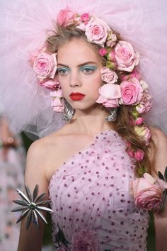 8 NYFW Beauty Trends You'll Definitely Be Wearing Soon, HAİR STYLE, NYFW Spring-Summer 2019 Trends: 8 Hair and Makeup Ideas to Rock IRL. New York Fashion Week runways were filled w/ warm weather-ready wares like . King Fashion, Fashion Week, New York Fashion, Fashion Project, Fashion Trends, Makeup Trends, Beauty Trends, Hair Trends, Makeup Ideas