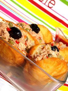 Le fricassé ou frit cassé est un beignet salé issu de la tradition culinaire tunisienne. Préparé à la maison et chez les marchands de fast food, ce petit sandwich frit est tartiné d'harissa ou de salade...