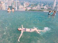 Instagram의 jaenny님: 새로운 발견 ! 나 #배영 잘해 ㅋㅋㅋ #모닝 #수영 #싱가폴 #마리나베이샌즈 #57층 #인피니티풀 #여름휴가 여기가 #천국 시간아 멈춰라