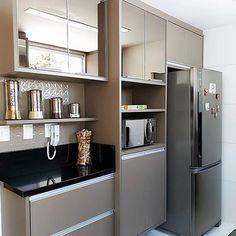 """Meu novo Apê no Instagram: """"Uma linda cozinha passando na sua timeline. O espelho bronze dos armários deixou o local sofisticado. Um charme! #cozinhameunovoapê…"""""""